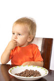 Blonder Junge isst gierig Nüsse Stockfoto
