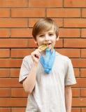 Blonder Junge ist glückliche Goldmedaille - Meister Stockbilder