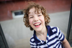 Blonder Junge lacht nett Stockfoto