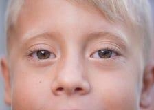 Blonder Junge mit Braun mustert Nahaufnahme Stockfotografie