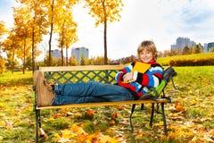 Blonder Junge mit Buch Stockfotos