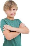 Blonder Junge mit den Armen gekreuzt Stockfotos