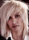 Blonder Junge mit Durchdringen stockfoto