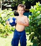 Blonder Junge mit einem Ball Lizenzfreie Stockfotos