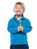 Blonder Junge mit einer Zahnbürste Stockfotos