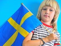 Blonder Junge mit Flagge von Schweden lizenzfreie stockfotografie