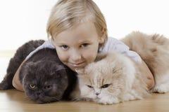 Blonder Junge mit Katzen Stockfotos