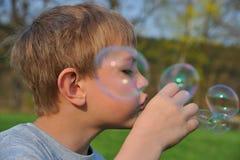 Blonder Junge mit Seifenluftblasen Lizenzfreie Stockbilder