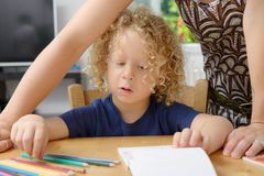 Blonder Junge zeichnet mit seiner Mutter Lizenzfreies Stockbild