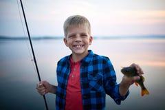 Blonder Jungen-anziehende Fische Lizenzfreies Stockbild