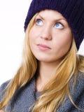 Blonder junger Jugendlicher in der Winterkleidung Lizenzfreie Stockfotografie