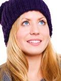 Blonder junger Jugendlicher in der Winterkleidung Lizenzfreie Stockfotos