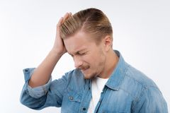 Blonder junger Mann, der unter Migräne leidet Lizenzfreies Stockfoto
