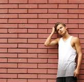 Blonder junger Mann in der zufälligen Kleidung Stockfotos