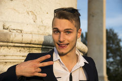 Blonder junger Mann mit nettem, lustigem Ausdruck Stockfoto