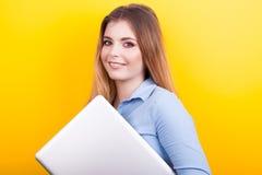 Blonder junger Student mit einem Laptop in den Händen Stockfotos