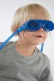 Blonder Jungetragende Swim-Schutzbrillen Stockfotos
