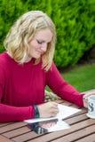 Blonder Künstler, der draußen zeichnet Lizenzfreies Stockbild