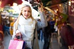 Blonder kaufender Mistelzweig Lizenzfreies Stockbild