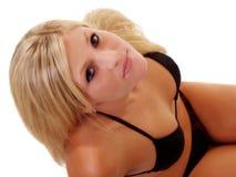 Blonder kaukasischer Frauen-Schwarz-Bikini, der oben schaut Lizenzfreies Stockbild
