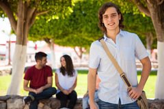 Blonder Kerl an einer Universität Stockfoto