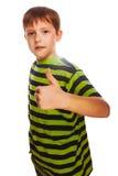 Blonder Kinderkleinkindjunge im gestreiften Hemd, halten Stockbilder