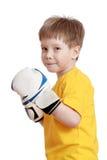 Blonder kleiner Junge in den Boxhandschuhen, Nahaufnahme Stockfotos