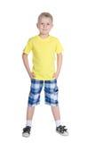 Blonder kleiner Junge in einem gelben Hemd Stockfoto