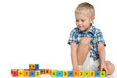 Blonder kleiner Junge mit Blöcken auf dem Boden Lizenzfreies Stockfoto