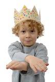 Blonder kleiner Junge mit einer Krone auf seinem Kopf, auf Weiß Lizenzfreies Stockbild
