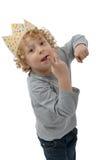 Blonder kleiner Junge mit einer Krone auf seinem Kopf, auf Weiß Stockfoto