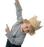 Blonder kleiner Junge mit einer Krone auf seinem Kopf, auf Weiß Lizenzfreie Stockfotografie