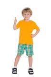 Blonder kleiner Junge mit seinem Daumen oben Lizenzfreie Stockbilder