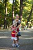 Blonder kleiner Junge und drei ältere Vetterschwestern Lizenzfreies Stockfoto
