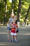 Blonder kleiner Junge und drei ältere Vetterschwestern Lizenzfreies Stockbild