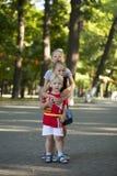Blonder kleiner Junge und drei ältere Vetterschwestern Lizenzfreie Stockbilder