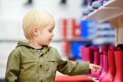 Blonder kleiner Junge während des Einkaufens mit Eltern Stockfotos