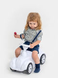 Blonder kleiner Jungenfahrer auf Weiß Lizenzfreies Stockfoto