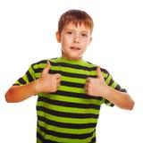 Blonder Kleinkindjunge in einem gestreiften Hemd, seins halten Lizenzfreies Stockbild