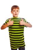 Blonder Kleinkindjunge im gestreiften Hemd, seins halten Lizenzfreie Stockfotos