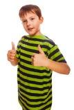 Blonder Kleinkindjunge im gestreiften Hemd, seins halten Lizenzfreies Stockfoto