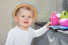 Blonder Kleinkindjunge im Sommergarten am sonnigen Tag, draußen Lizenzfreies Stockbild