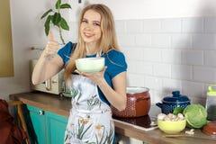 Blonder Koch in einem Chefschutzblech Stockfotos