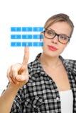 Blonder Kursteilnehmer Mädchen rührende Zahl 2 auf einem Tastaturblock Stockbilder