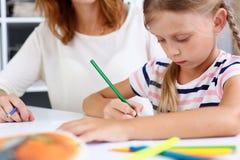 Blonder lächelnder Griff des kleinen Mädchens in der Armbleistift-zeichnung Stockfotos