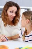 Blonder lächelnder Griff des kleinen Mädchens in der Armbleistift-zeichnung Stockbild