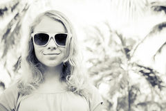 Blonder lächelnder Mädchenjugendlicher in der Sonnenbrille, einfarbig Stockfotografie