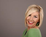 Blonder lächelnder Ohrring Lizenzfreie Stockfotografie