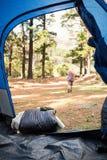 Blonder Lagerbewohner, der weg von Zelt geht Lizenzfreie Stockfotografie