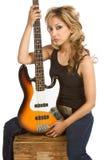 Blonder Latina-Frauengitarrist, der auf Kasten sitzt Lizenzfreie Stockbilder